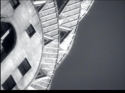 vídeos de stock e filmes b-roll de b/w canted zoom out from close up of chrysler building / nyc - prédio chrysler
