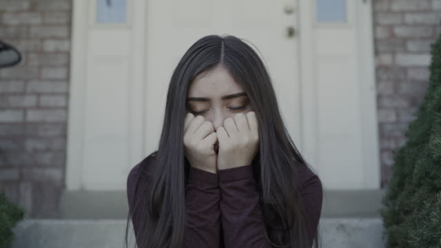 vídeos de stock e filmes b-roll de zoom out from close up of crying girl listening to abuse / springville, utah, united states - anxiety