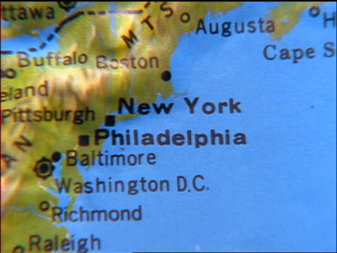 vidéos et rushes de zoom out from close up of new york city + philadelphia on topographical map - usa mid atlantic