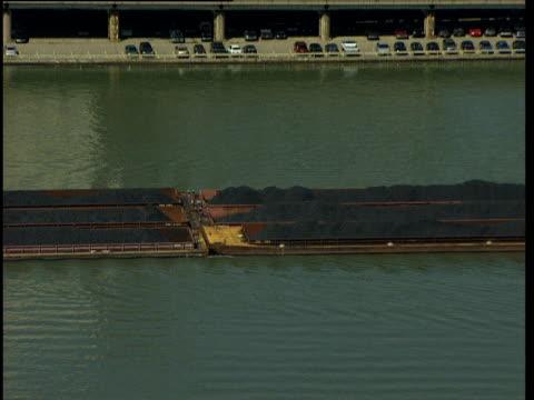 vídeos y material grabado en eventos de stock de zoom out from coal barge travelling along ohio river to city buildings and skyscrapers - río ohio
