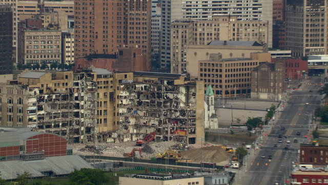 zoom out from crumbling high school building to detroit cityscape. the building, the old cass technical high school was demolished in 2011. - condizione negativa video stock e b–roll