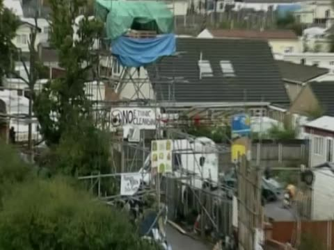 zoom out from dale farm an irish traveller halting site in essex - デールファーム点の映像素材/bロール