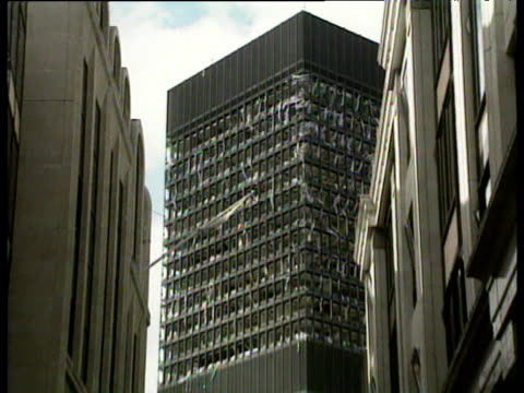 vidéos et rushes de zoom out from damaged high rise office block all windows blown out following ira bomb explosion at baltic exchange; 13 apr 92 - office block exterior