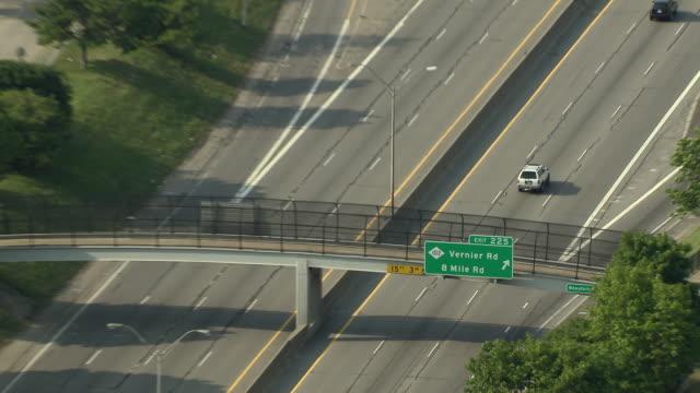 vídeos y material grabado en eventos de stock de zoom out from highway exit sign for detroit's 8 mile road. - señal de salida señal de dirección