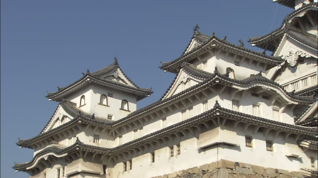 zoom out from himeji castle, hyogo, japan - 城点の映像素材/bロール