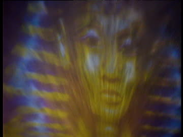 vidéos et rushes de zoom out from image of sphinx projected onto water spraying up from fountain green lasers shoot from eyes hotel luxor las vegas - palace