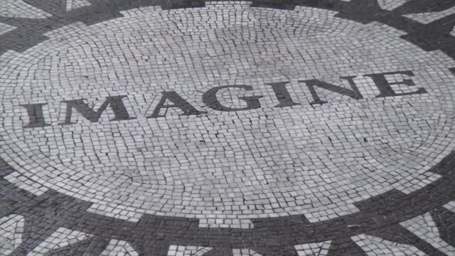 """zoom out from """"imagine"""" mosaic / strawberry fields is a living memorial to the world-famous singer, songwriter and peace activist, john lennon - imagination video stock e b–roll"""