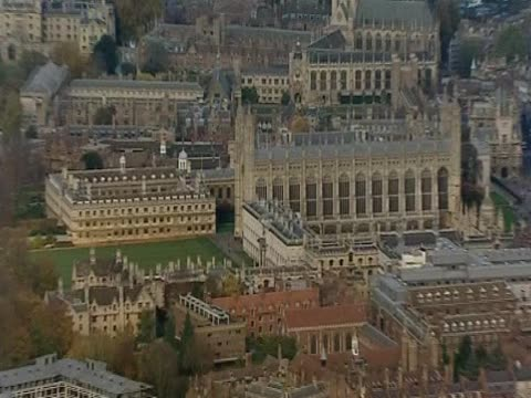 vídeos de stock, filmes e b-roll de zoom out from king's college cambridge university - king's college cambridge