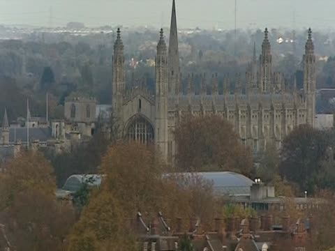 zoom out from king's college chapel, cambridge - zoom out点の映像素材/bロール