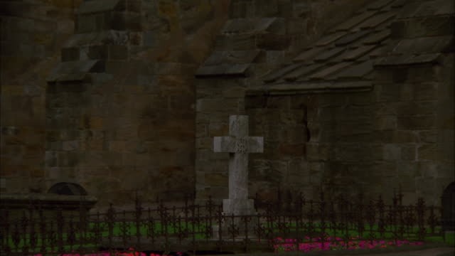zoom out from memorial cross to dunfermline abbey's flying buttresses, fife available in hd. - dunfermline stock videos & royalty-free footage