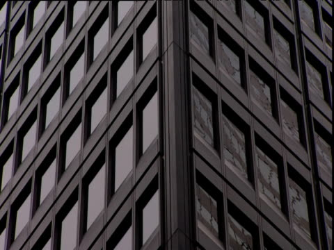 zoom out from modern office building chicago - fensterfront stock-videos und b-roll-filmmaterial