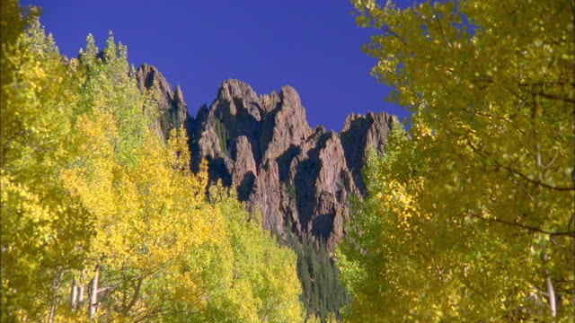 zoom out from mountain range to wide shot country road in autumn - south dakota bildbanksvideor och videomaterial från bakom kulisserna