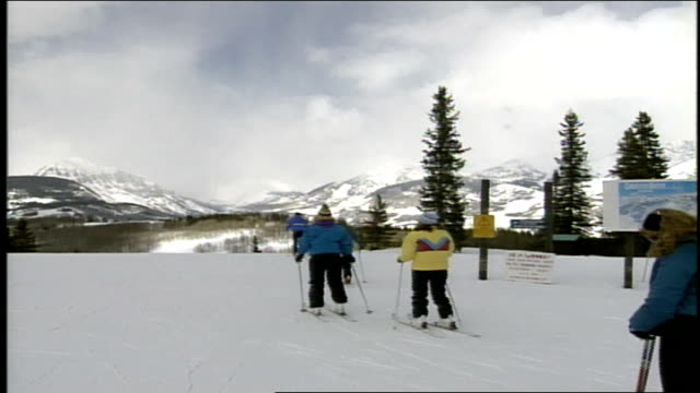 zoom out from mountain to skiers in butte colorado - スキーウェア点の映像素材/bロール