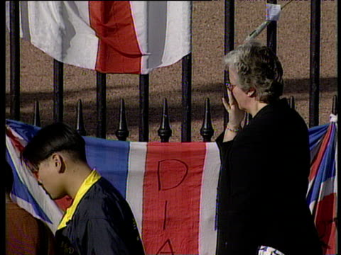 zoom out from mourners and flowers at buckingham palace death of diana princess of wales 01 sep 97 - monumento commemorativo temporaneo video stock e b–roll