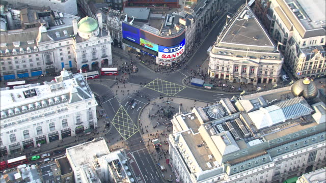 vidéos et rushes de zoom out from pedestrians crossing road at piccadilly circus london available in hd. - style des années 2000