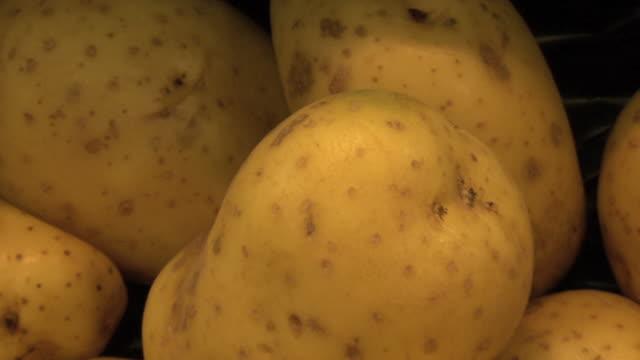 vídeos y material grabado en eventos de stock de zoom out from potatoes in supermarket - patata