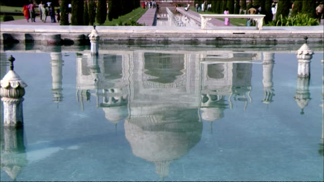 vídeos de stock, filmes e b-roll de zoom out from reflection of taj mahal in water, agra - mausoleum