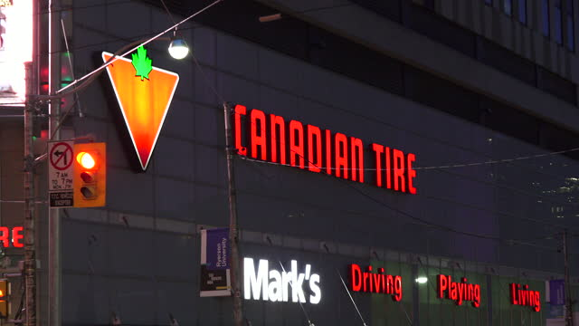 vidéos et rushes de zoom out from the canadian tire sign in the store at bay street and dundas street in the downtown district seen on july 22, 2017; in toronto,... - panneau d'entrée