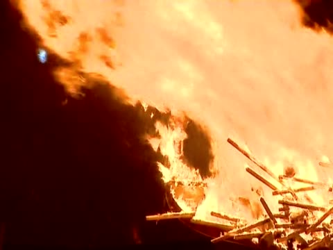 zoom out from the dragon head of replica viking galley on fire during the up helly aa festival - バイキング点の映像素材/bロール