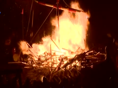 zoom out from the flaming torches being thrown onto the replica viking galley at the culmination of the up helly aa festival - galeere stock-videos und b-roll-filmmaterial
