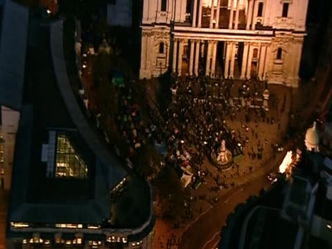 vídeos de stock, filmes e b-roll de zoom out from the occupy camp outside st paul's cathedral at night - anglicano