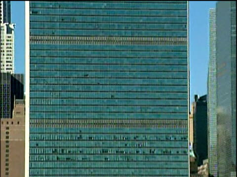zoom out from u.n. building to manhattan skyline and east river new york - vereinte nationen stock-videos und b-roll-filmmaterial