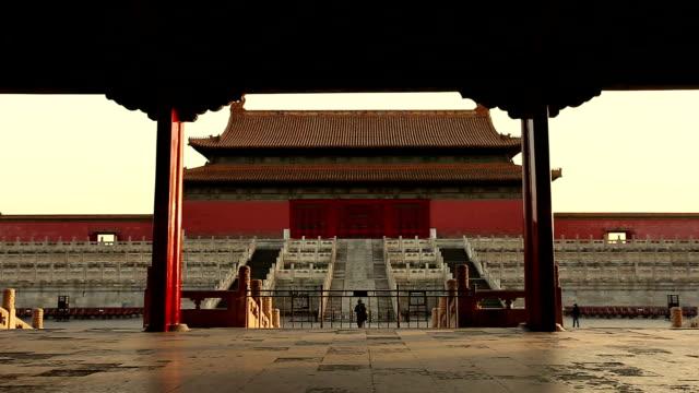 vidéos et rushes de zoom out inside the forbidden city, bejing, china. - zoom out