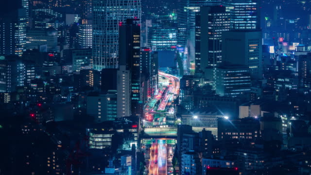 vídeos de stock e filmes b-roll de zoom out night time lapse of tokyo cityscape building in japan taken from roppongi mori tower hills - vida noturna