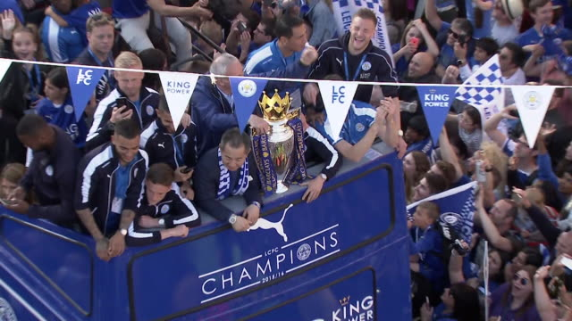 vidéos et rushes de zoom out of a double-decker bus on which football players and club-owner vichai srivaddhanaprabha stand as it drives through dense crowds celebrating... - culture britannique