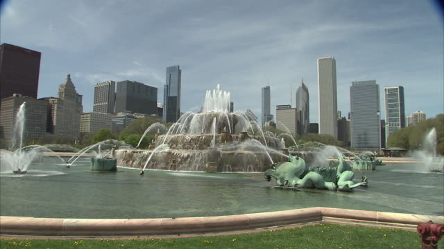 zoom out of chicago skyline to buckingham fountain - buckingham fountain stock videos & royalty-free footage