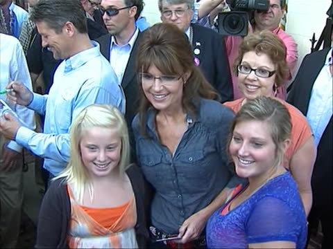 vídeos de stock, filmes e b-roll de zoom out of former republican vice-presidential candidate sarah palin posing for a photo opportunity at the premiere of the documentary 'the... - filme documentário
