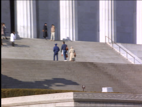 zoom out of people walking on steps of lincoln memorial / washington dc - besichtigung stock-videos und b-roll-filmmaterial