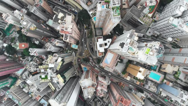 stockvideo's en b-roll-footage met zoomt uit wolkenkrabber patroon in hong kong. - uitzoomen