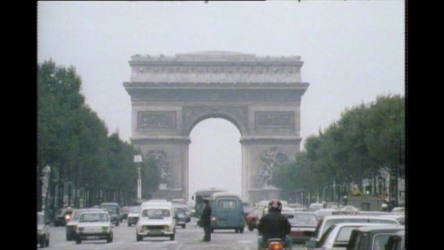 vidéos et rushes de zoom out of street leading to arc de triomphe in 1983 - paris france