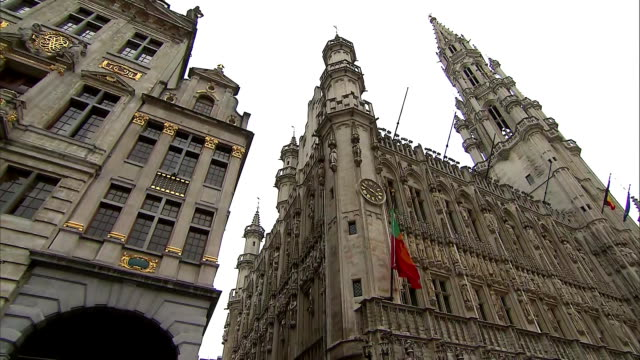 zoom out on the brussels town hall in brussels belgium on july 10 2018 - music or celebrities or fashion or film industry or film premiere or youth culture or novelty item or vacations bildbanksvideor och videomaterial från bakom kulisserna