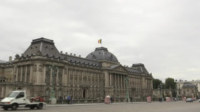 zoom out on the royal palace of brussels in brussels belgium - music or celebrities or fashion or film industry or film premiere or youth culture or novelty item or vacations bildbanksvideor och videomaterial från bakom kulisserna