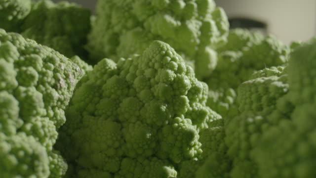 vídeos y material grabado en eventos de stock de zoom out over a pile of romanesco cauliflowers. - geometría