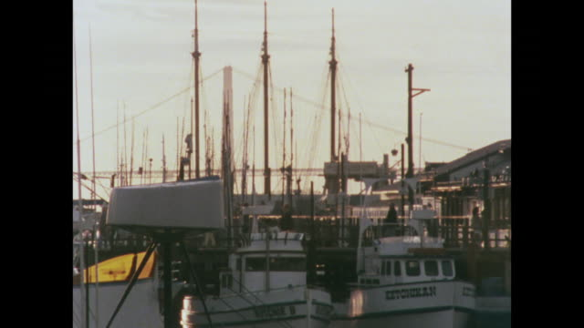 vídeos de stock e filmes b-roll de zoom out over fisherman's wharf, san francisco at sunset - 1970 1979