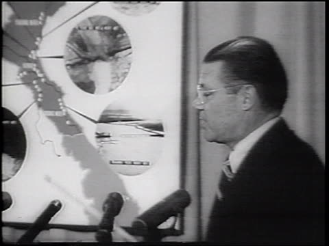 vidéos et rushes de b/w 1965 zoom out robert mcnamara using pointer on map during speech about vietnam war / newsreel - seulement des hommes d'âge mûr