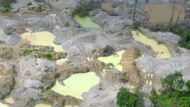 vídeos de stock e filmes b-roll de zoom out shot of illegal gold mine, colombia - locais geográficos