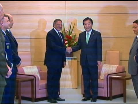 zoom out shot of leon panetta shaking hands with japanese prime minister yoshihiko noda. this meeting took place in tokyo during panetta's first... - united states and (politics or government)点の映像素材/bロール