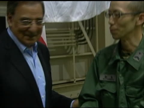 zoom out shot of leon panetta shakings hands with a u.s. soldier stationed in tokyo. this footage took place during panettaõs first official visit to... - united states and (politics or government)点の映像素材/bロール