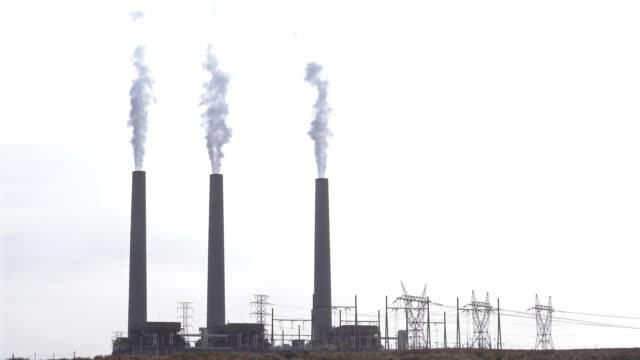 ページアリゾナ州の火力石炭発電所の煙突から煙をズームアウト - 工場の煙突点の映像素材/bロール