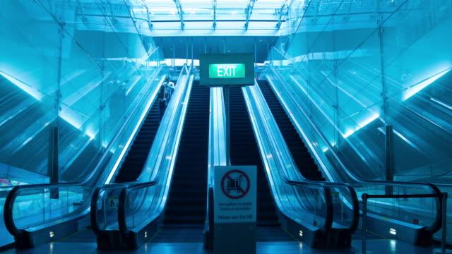 vídeos de stock, filmes e b-roll de amplie a escada rolante do lapso de tempo com tráfego na estação de metro no aeroporto - pataforma de estação de metrô