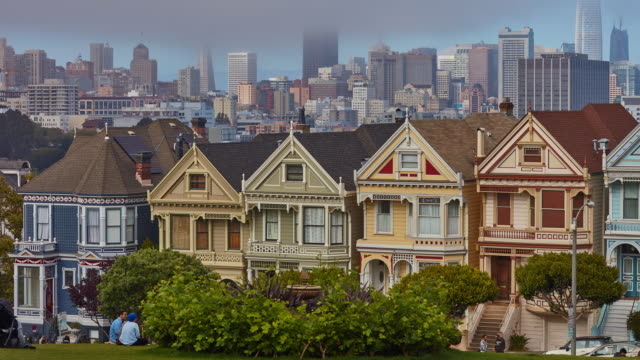 stockvideo's en b-roll-footage met uitzoomen time-lapse van het centrum van san fransisco voor de painted ladies bij alamo square - san francisco california