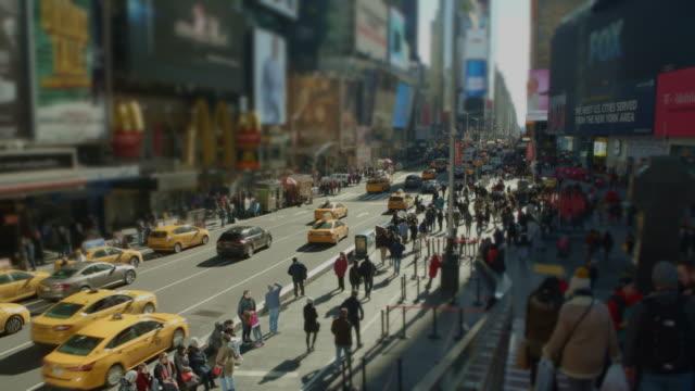Zooma ut Time Square dagtid mängden trafik gul taxi caps