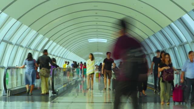 zooma ut timelapse trånga människor som går på förhöjd gångväg - valv arkitektoniskt drag bildbanksvideor och videomaterial från bakom kulisserna