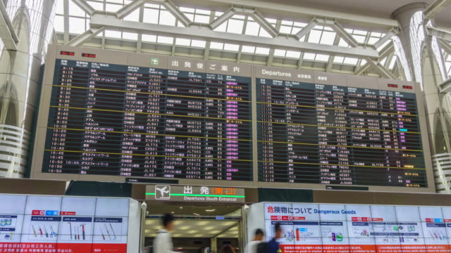 4k zoom out timelapse : inside of narita airport in japan - simbolo informazioni video stock e b–roll