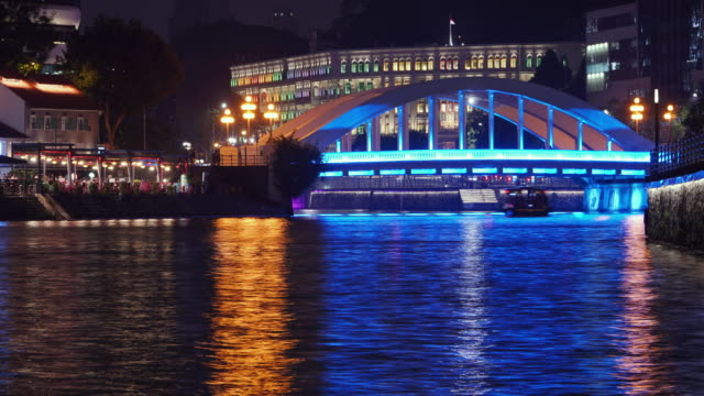 vidéos et rushes de zoom sur timelapse de clake quay singapour la nuit - bay of water