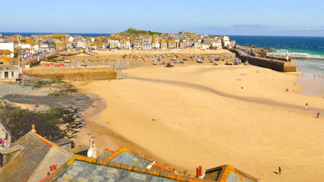zoom out time-lapse of st ives harbour at low tide, cornwall, uk - low tide stock videos & royalty-free footage